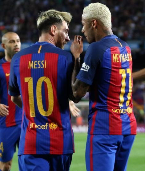 Messi y Neymar dialogan tras felicitar a Rakitic tras el gol.