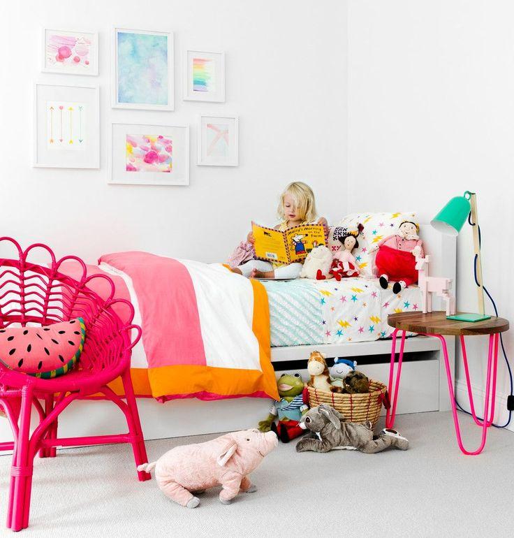 Детская мебель для девочек: оформляем комнату маленькой леди со вкусом http://happymodern.ru/detskaya-mebel-dlya-devochek-35-foto-oformlyaem-detskuyu-so-vkusom/ Неоновая оригинальная пластиковая мебель в комнате для девочки