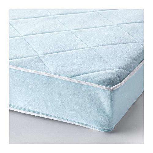 IKEA - VYSSA VACKERT, Matelas pour lit bébé, , Matelas à ressorts résistant offrant un soutien adapté au bébé.La construction à ressorts facilite la circulation de l'air à l'intérieur du matelas et procure un environnement de sommeil agréable.Mousse de protection et tapis feutre pour plus de résistance et de confort.Revêtement amovible et lavable procurant un environnement de sommeil hygiénique pour bébé.Matelas double face ; procure une plus grande durabilité.Un coutil en v...