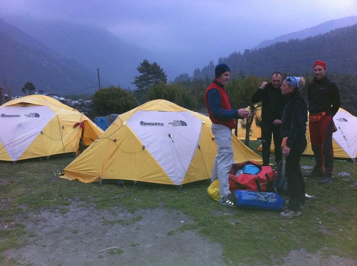 Un grupo de alpinistas procedentes de Brasil e Italia se organiza en torno a las tiendas de campaña proporcionadas por la agencia nepalí Thamserku, especialista en organizar trekkings y expediciones a  montañas de más de 8.000 metros, durante su marcha de aproximación al campo base del Annapurna.