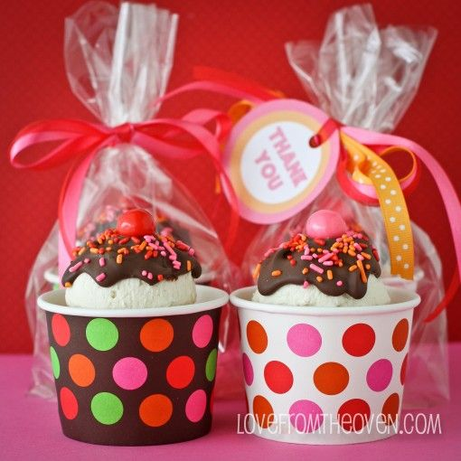 Incredibly cute and super easy Teacher Appreciation Cupcakes with free printable gift tags.