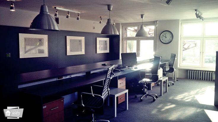 Biuro obsługi klienta w WORD Łódź, okładzina ścian i meble wykonane z antracytowej płyty laminowanej.