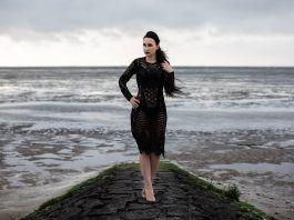 Semitransparentes Abendkleid mit Pumps – Erholung am Meer