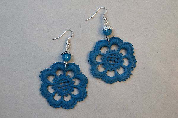 Earrings made of petrol blue lace and pearls. http://www.minka.fi/korvakorut-pitsikorvakorut-c-36_39.html