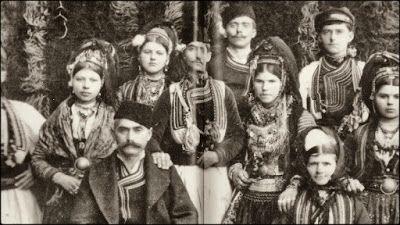 Οι Βλάχοι του Ροδολίβους σύμφωνα με μαρτυρίες των παλαιοτέρων βρέθηκαν στο Ροδολίβος γύρω στο 1870-1880 μ.Χ. και έφτασαν μετά από πολλές περιπλανήσεις και περιπέτειες, όταν ο Αλή Πασάς των Ιωαννίνων κατέστρεψε ολοκληρωτικά την Γράμμουστα κωμόπολη πάνω στο βουνό Γράμμος, γιατί του ήταν εμπόδιο στις επεκτατικές του επιθυμίες.Οι Βλάχοι που έμεναν εκεί αναγκάστηκαν να διασκορπιστούν σε πολλά μέρη της Βόρειας Ελλάδας και ειδικά στην Ανατολική Μακεδονία Σέρρες-Δράμα.Φωτογραφία από βλάχικο γάμο το…