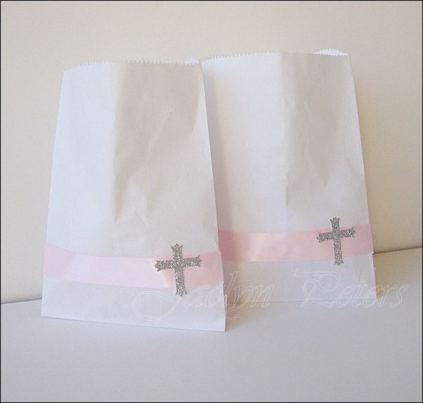 Pink and glitter cross party candy bags for your little girl's Communion, Christening or Baptism celebration. Add sparkle to your dessert table or package candy treats with a decorative touch! Fabulou