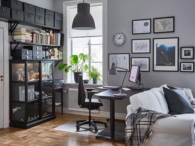 Когда вы работаете из дома, важно, чтобы рабочее место было удобным и помогало сосредоточиться. Если под кабинет нет отдельной комнаты – организуйте рабочий уголок прямо в гостиной. Установите стол с большой столешницей и поставьте шкафчик для документов и канцтоваров. Так все необходимое будет у вас под рукой. На фото: рабочая лампа АРЁД (3499.-), шкаф-витрина МАЛЬШЁ (28999.-), рабочий стул ВОЛЬМАР (16999.-), подлокотники ВОЛЬМАР (2000.- за 2 шт.) #IKEA #ИКЕА #ИКЕАРоссия #будьтетакдома