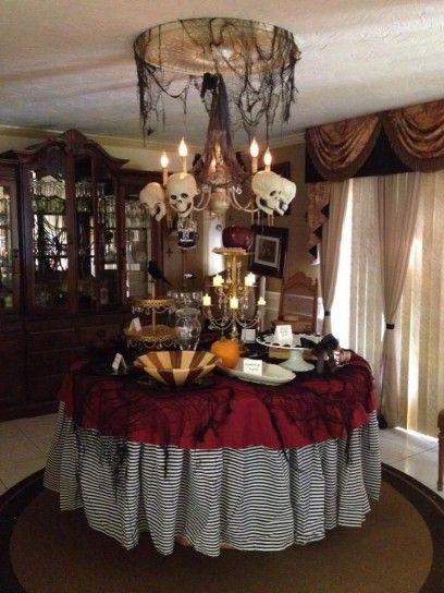 Lampadario del terrore per tavola di Halloween - In questa ambientazione il punto di forza è sicuramente il lampadario: numerosi teschi lo rendono davvero terrificante.