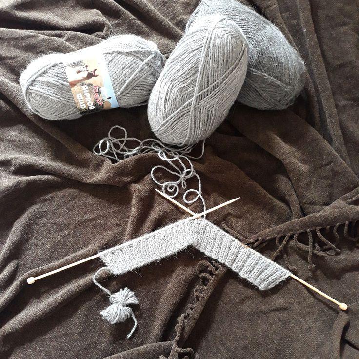 Asi to bude mít letos ještě cenu, mrsknout sebou a o víkendu plést a příští týden, až mrazy uhodí se super teplá šálka šikne ❄ #vlnika #alpaca #vlna #pleteni #knitting #alpacasmile #alpacawild #handmade #weekendproject #grey #darkgrey