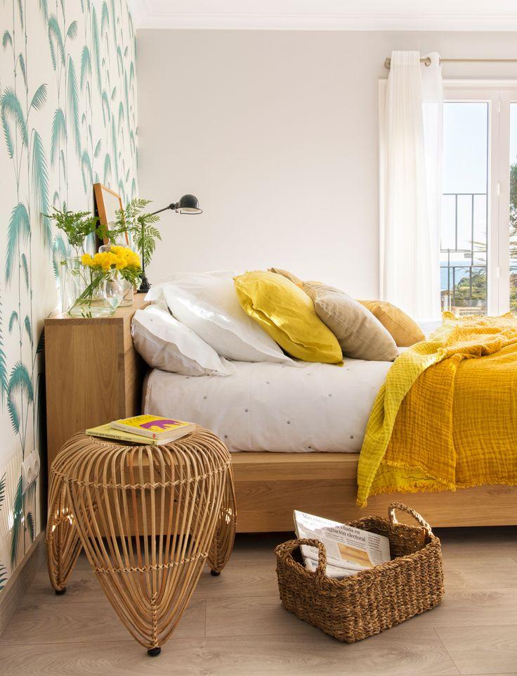Dormitorio de aire tropical con papel de pared en verde, ropa de cama en mostaza, cabecero-estante, mesilla de noche de fibra y cesta revistero (00427822 O-Mesillas)