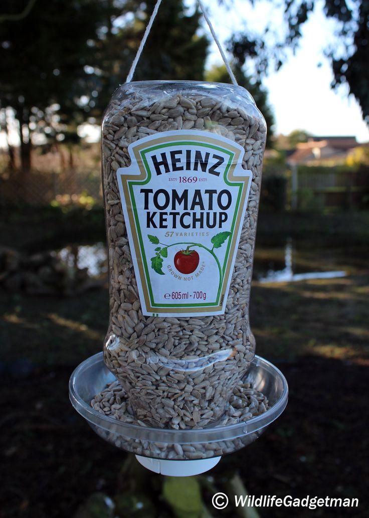 Make A Ketchup Bottle Feeder - WildlifeGadgetman.com_Récup_recyclage_nourriture_oiseau_jardin