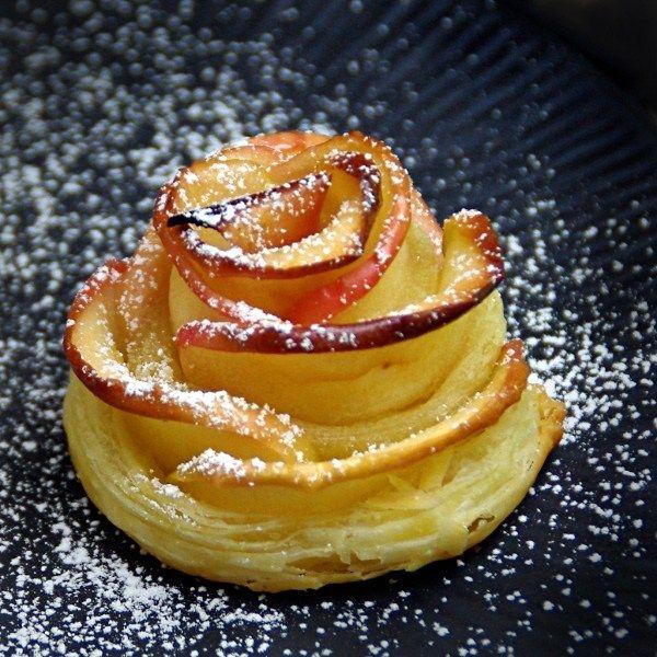 Esta es una forma distinta de presentar una típica tarta de manzana, os aseguro que es muy fácil de hacer, después de hacer la primera rosa, las demás son coser y cantar :) Y no me di…