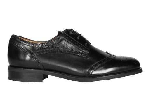 Zapato con picados en piel de color negro