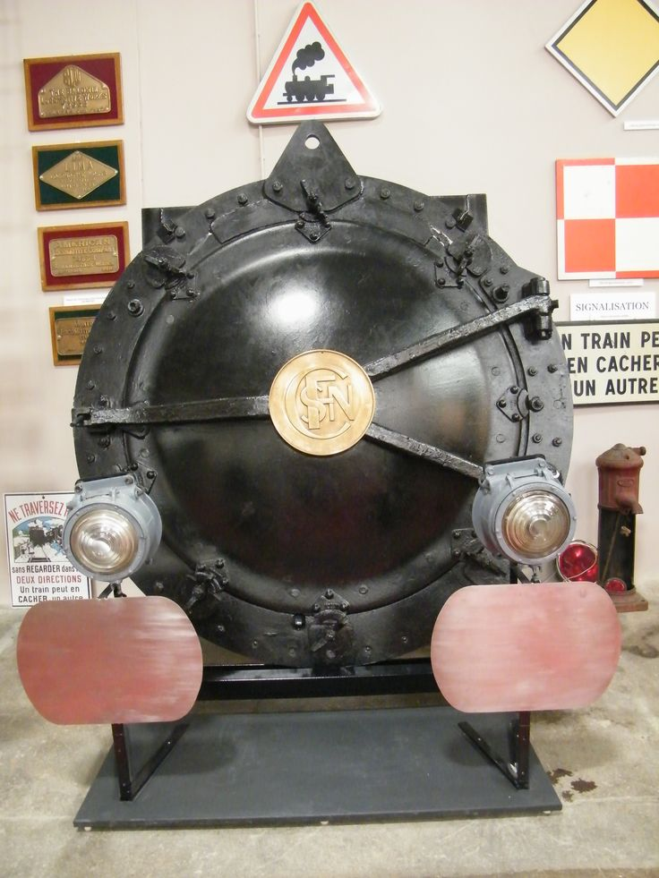 """Porte de boite à fumée d'une locomotive à vapeur 141 R """"500 kg"""" - collection musée Laumônier à Vierzon. Musée de Vierzon."""