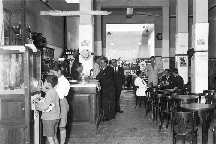 Bar El Bodegón con máquina grúa, barrio de Boedo, 1941.