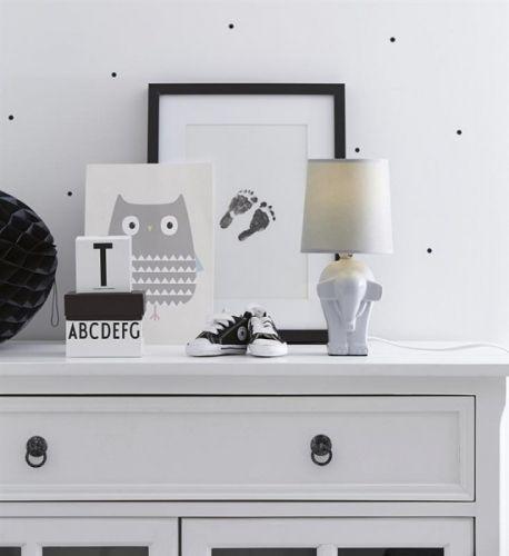 Pineapple bordlampe fra Marksløjd med fot av grå keramikk formet som en elefant. Grå tekstilskjerm.1,5 meter hvit tekstilkabel Diamter: 14 cm Høyde: 29,5 cmSokkel: E14Max 40W Anbefalt lyskilde: (Medfølger ikke)