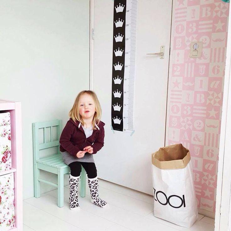 Dit schattige meisje heeft de kroontjes lengte poster op haar gave kamer hangen.