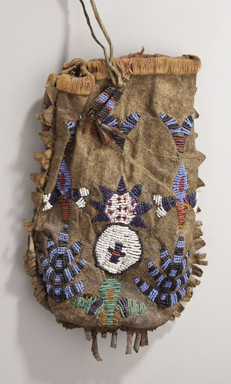 the medicine bag of the sioux indians The sioux nation consisted of about 20,000 people in 7 different tribes throughout the great plains free nomads of the plains, they took great advantage of available horses deeply spiritual the sioux were a deeply spiritual people, who communed with the spirit world through music and dance.