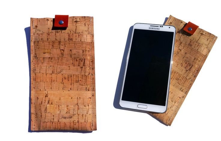 Handmade mobile case made of cork and leather details.