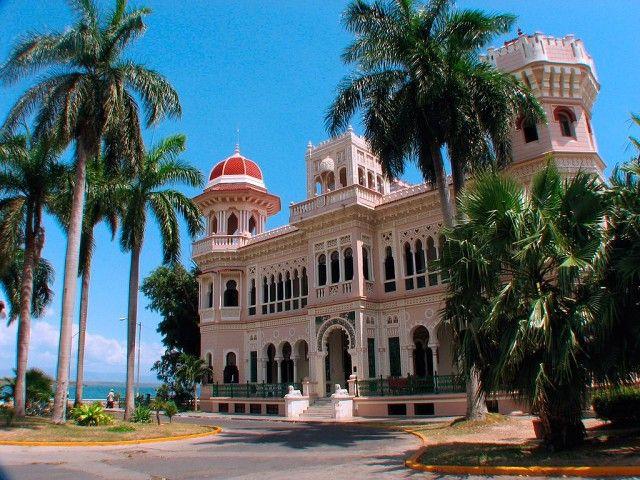 Сьенфуэгос. В самом богатом и ярком районе выстроились вдоль берега среди пальм  дома, выкрашенные в синий, розовый и желтые цвета. Замок де Валле – один из самых известных построек района Сьенфуэгоса. Замок построили еще в самом начале 20 века для местного миллионера, который создал свое состояние на продаже тростникового сахара. Скромность не была его чертой, поэтому каждая комната наполнена роскошью.