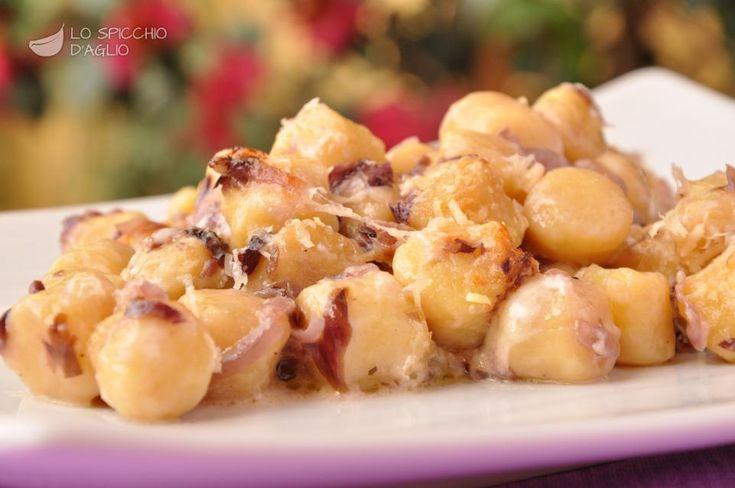 Gli gnocchetti stracchino e radicchio sono un gustoso primo piatto gratinato al forno, caratteristico di autunno e inverno quando il radicchio rosso è al massimo del suo sapore.