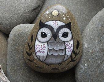 Lechuza blanca con ojos negros y la luna llena de oro la nieve / / pintado a mano de uno de tipo piedra