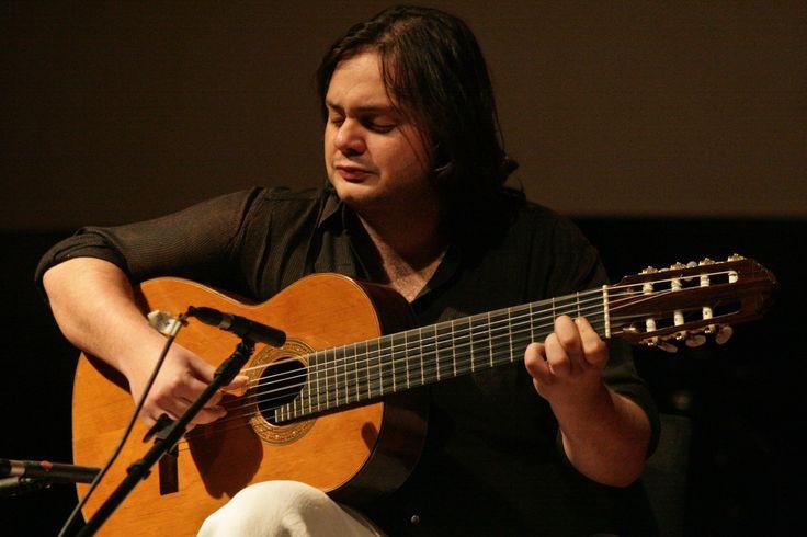 . Na apresentação, Yamandu Costa reencontra o conterrâneo gaúcho Guto Wirtti, que domina o baixo acústico enquanto ele fica no violão