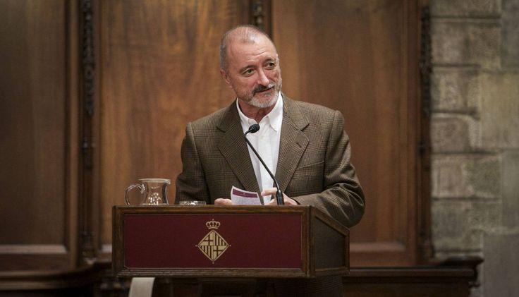 Arturo Pérez-Reverte, durante el acto de entrega del Premio Barcino de Novela Histórica en el Saló de Cent del Ayuntamiento de Barcelona.