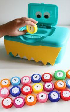 4 manualidades infantiles para aprender el abecedario Manualidades infantiles para aprender las letras. ¡Aprender el abecedario es más fácil y divertido con estas manualidades infantiles!
