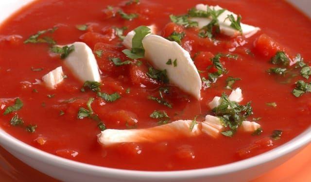 Z talianskej reštaurácie: Paradajková polievka s mozzarellou | DobreJedlo.sk