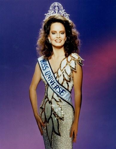 Miss Universo 1987 de Chile Cecilia Carolina Bolocco Fonck (Santiago de Chile, 19 de mayo de 1965). Es una ex presentadora de televisión chilena, bailarina, actriz, diseñadora de moda y empresaria. Es célebre por haber sido elegida Miss Universo en 1987.  Estuvo casada con el ex presidente argentino Carlos Menem, de quien se divorció en el año 2007.