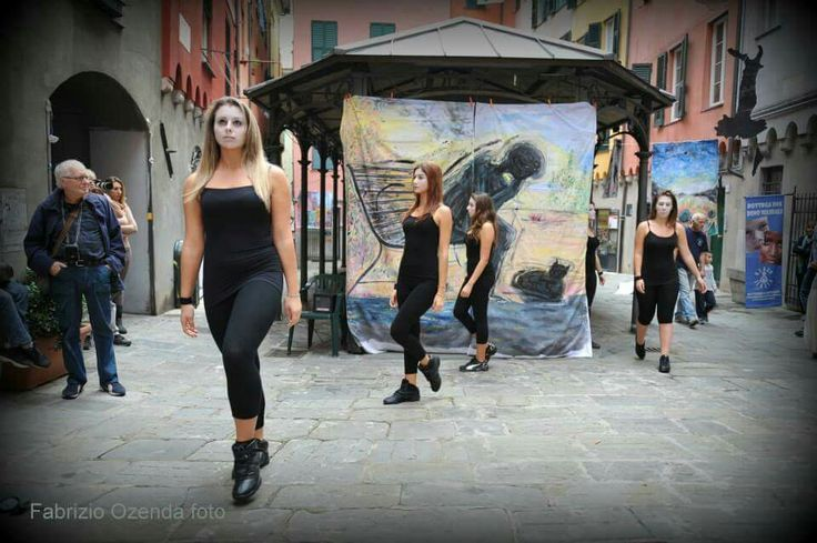 26/10/2013     365 suicidi atto primo,  il corpo di ballo della scuola LA PUNTA di Genova,  inscenano DISPERAZIONE E MORTE.