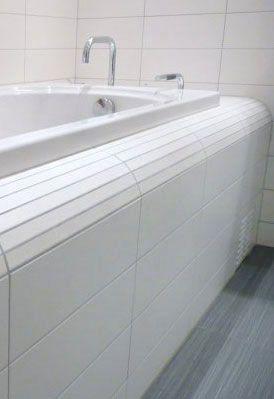 Laget en løsning ved å skjære tynne striper av veggflisen. Flotte Bad as   Vi har fokus på detaljer. Unike kvalitetsbad i Oslo. #flottebad #fliser #bad #baderom #badekar