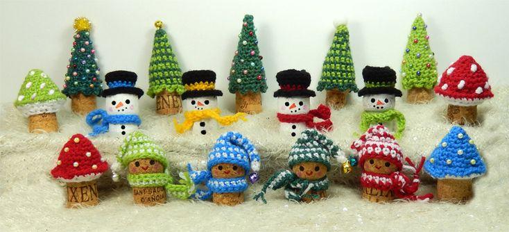 Kijk wat ik gevonden heb op Freubelweb.nl; kerstfiguurtjes om te haken met champagne en wijnkurken ;-) http://www.freubelweb.nl/freubel-zelf/zelf-maken-met-haakkatoen-kerstfiguurtjes/
