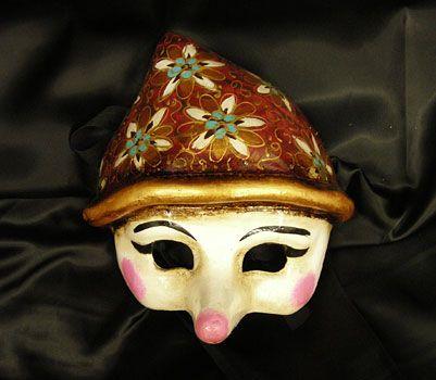 Maschera di Pinocchio, rivisitata secondo uno stile nuovo e realizzata in cartapesta. Il disegno è stato fatto con colori acrili a mano libera, rendendola quindi assolutamente unica. Infine, la maschera è impreziosita dalla tecnica dello screpolato.