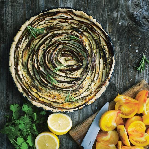 Mediterrane Mischung: Aubergine, Rosmarin, Knoblauch und Ziegenfrischkäse auf Mürbeteig. Dazu: gelbe Tomaten als Salat.