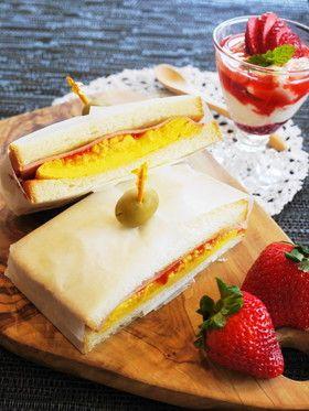 半熟オムレツとハムのサンドイッチ