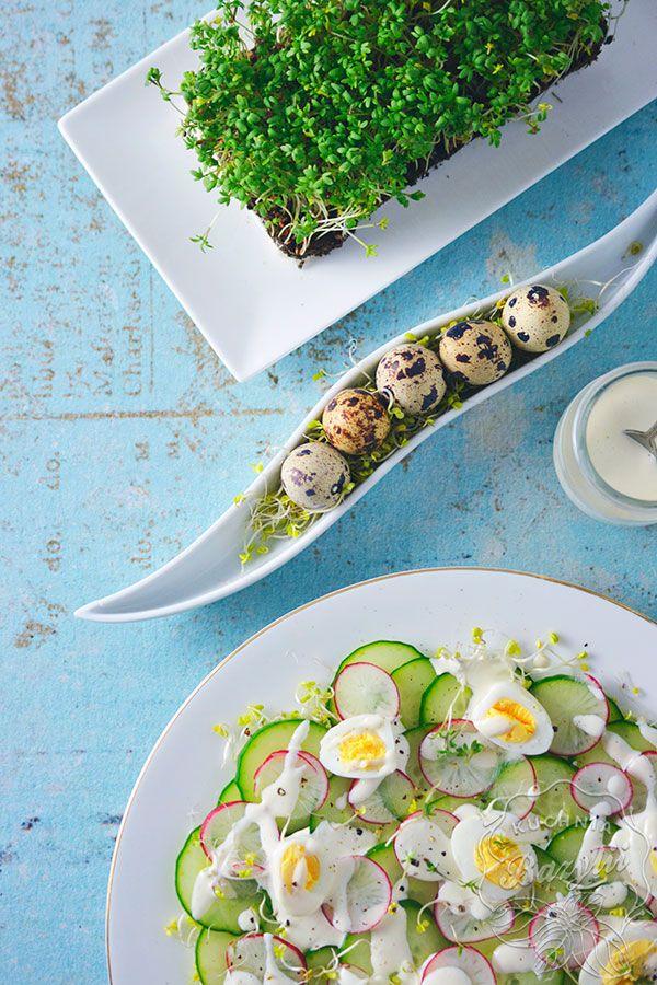 Sałatka wiosenna z ogórkiem, rzodkiewką i jajkami przepiórczymi to propozycja sałatki zarówno na co dzień, jak i na świąteczny, wielkanocny stół.