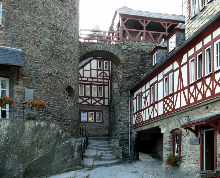 Castle Stahleck (Courtyard) now a Youth Hostel in Rhineland-Palatinate, Germany photo 310385 Wallpapers svetik