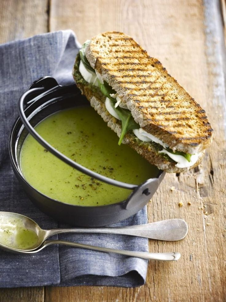bereiden:Schil de pastinaak en snijd in stukken. Snijd ook de courgette, ongeschild, in stukken.Stoof beide groenten in 1 eetlepel olijfolie. Blus met de groentebouillon. Laat 20 min. koken en mix de soep fijn.Kruid met gedroogde dragon, peper en zout.Maak nu de tosti. Bestrijk