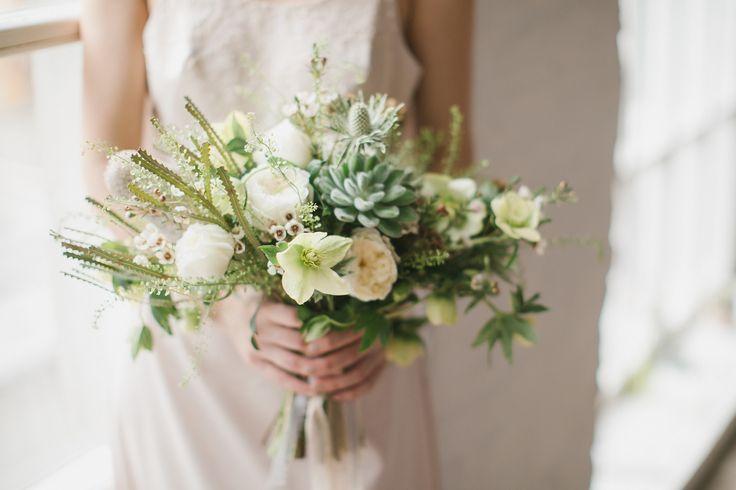 Бело зеленый свадебный букет невесты. Свадьба в стиле эко. Распрепынный свадебный букетик для Анны. Свадьба в бело-зеленой цветовой гамме