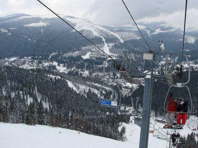 """Das Skigebiet Spindlermühle (Špindlerův Mlýn, oft auch """"Špindl"""" gennant) befindet sich im Nationalpark Riesengebirge und besteht aus fünf Liftzentren – Sv. Peter, Labská, Horní Mísečky, Hromovka und Medvědín. Das Skigebiet gehört zu den meist besuchten Skizentren Tschechiens."""
