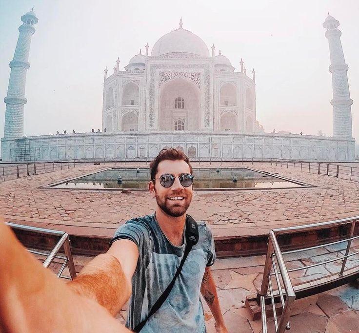 O nosso colunista Brian Baldrati @isthisreal esteve no Taj Mahal (em hindi तज महल) é um dos monumentos mais conhecidos da Índia   É Patrimônio da Humanidade pela UNESCO e em 2007 foi anunciado como uma das Novas Sete Maravilhas do Mundo.  Mas a história do Taj Mahal não é tão feliz assim: Após a morte de sua esposa preferida durante o parto de seu 14 filho o imperador Shah Jahan mandou construir esse sumptuoso monumento de mármore branco sobre o tumulto de sua amada  Está localizado em Agra…