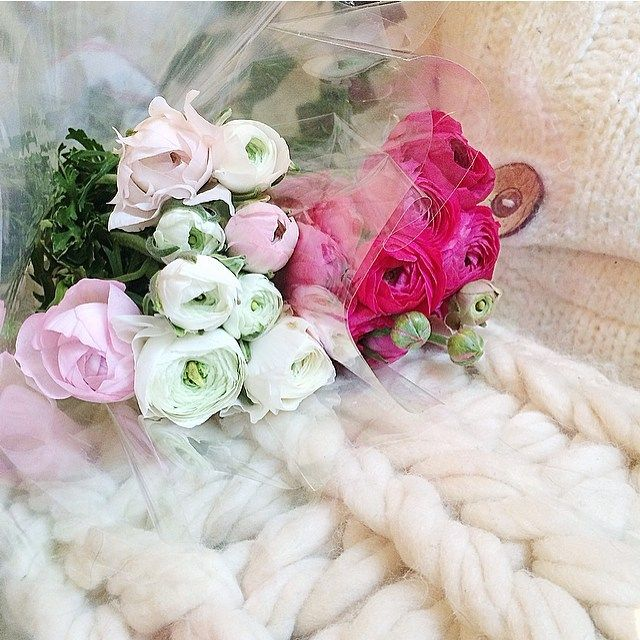 Happy Sunday >> Fresh Delivery.✌️💗💭 #Sunday #happyday #happytime #morning #dayoff #140216 #valentineday #mylove #renoncules #favorites #freshflowers #home #Paris