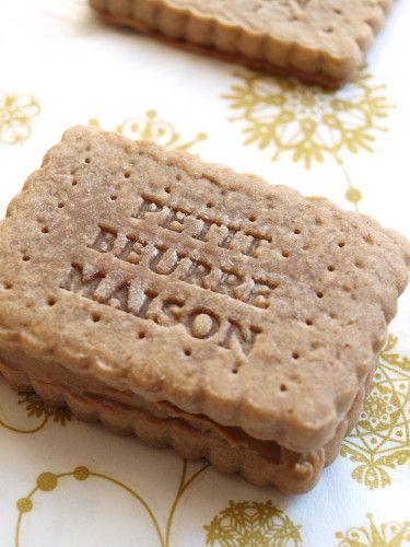Comme vous le savez, j'adore les biscuits. Je trouve qu'il est très simple de les adapter à nos goûts, on peut leur donner la forme que l'on veut, on peut les fourrer ou pas ... Aujourd'hui, ce sera des petits beurre maison fourré à la pâte de spéculoos.......