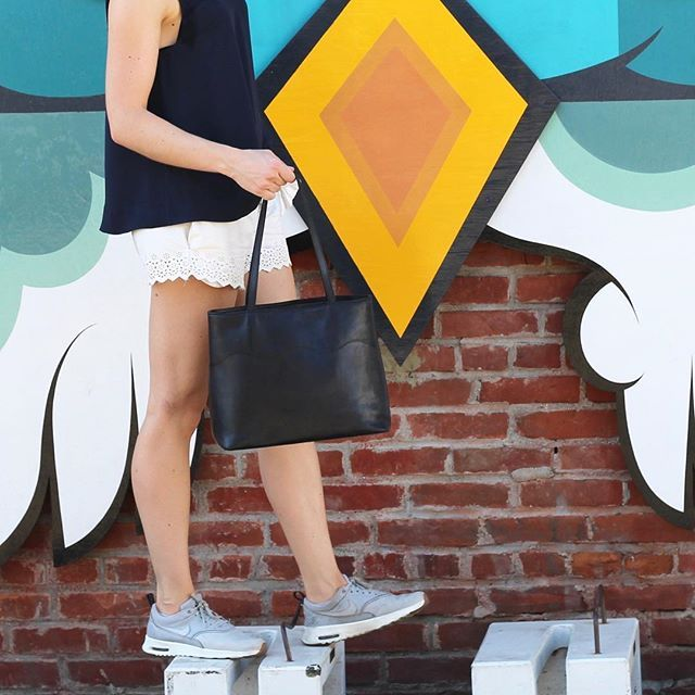 www.bydansti.com✨ #bydansti #tote #bag #bags #baglover #leather #vegetabletanned #veske #vesker #nettbutikk #onlinestore #cool #losangeles #abbotkinney #style #fashion #sneakers #shorts #scallops #streetart #brickwall #picoftheday #ootd #scandinavian #scandinaviandesign #julegave #julklappstips