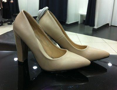 Optează pentru o pereche de pantofi în locul cizmelor, la petrecerea de Crăciun