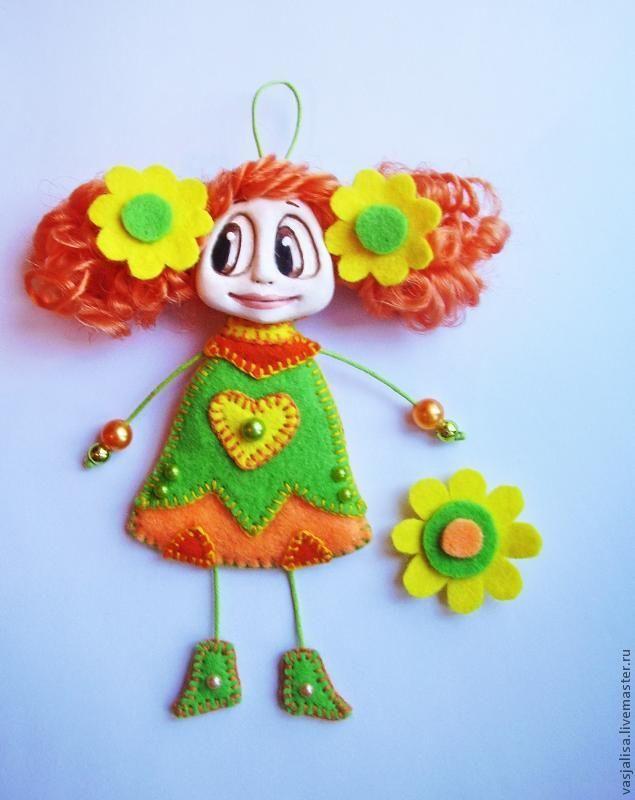 Здравствуйте, друзья! Предлагаю Вам мастер-класс по созданию куколки-брошки. Такую куколку можно использовать в качестве элемента декора в интерьере. С ее помощью можно украсить зеркало, раму картины, обои, стены или шторы в детской комнате. Можно использовать куколку в качестве большой яркой броши или как елочное украшение на Новый год. Особенно хорошо такие куколки смотрятся в компании своих подружек.…