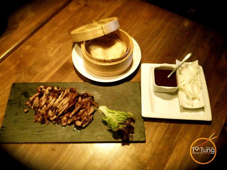 El pato pekinés, también denominado pato laqueado o pato a la pekinesa, es uno de los platos más admirados internacionalmente de la cocina china. Su historia se remonta a la época de la Dinastía Yuan (1206-1368) en donde era conocido por ser uno de los manjares preferidos de la familia imperial. El secreto está en […]
