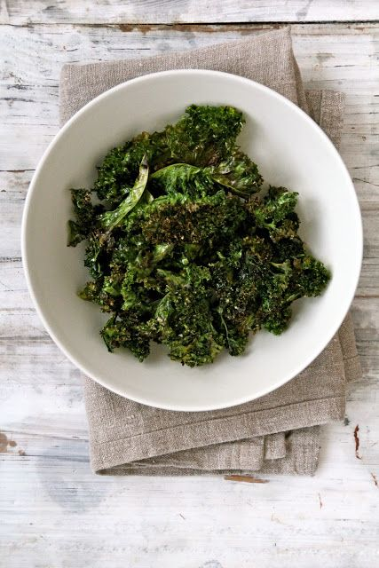 Grønnkålchips - en utrolig lettvint og sunn snack som du kan lage på 1,2,3. Oppskrift /fremgangsmåte finner du her på Mat på Bordet.